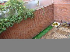 Cuco apartamento con terraza de madera