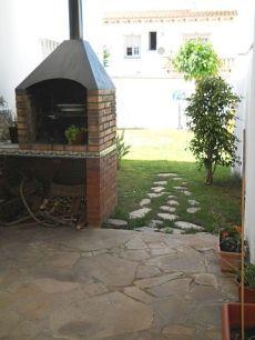 Chalet zona patos con mucha luz y jardin con cesped