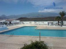 D�plex adosado con terraza, residencial con piscina.