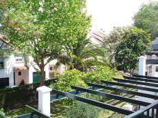 Casa con jard�n en zona residencial Simon Verde.