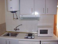 Estudio de una habitacion amueblado con calefaccion y aire