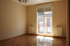 Precioso piso reformado a estrenar de tres habitaciones.