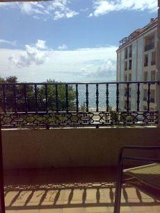 Piso de lujo todo exterior con plaza ajardinada y mar-