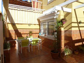 Casa adosada con porche garaje y patio trasero 2925720 for Alquiler de casas en sevilla particulares