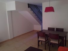 Se alquila casa adosada, sin muebles, azotea, patio, garaje