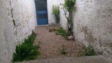 Casa de pueblo con tres plantas, patio y corral