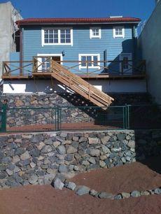 Estupendo chalet de madera con terraza grande y huerta.