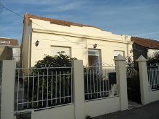Independiente, amplia casa de tres dormitorios. Equipada