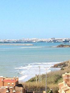 Cerca de la playa y base naval