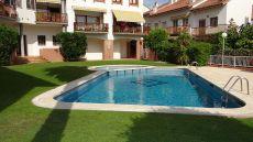 Chalet adosado c�ntrico con jard�n y piscina comunitaria