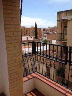 Piso exterior a la calle con balcon