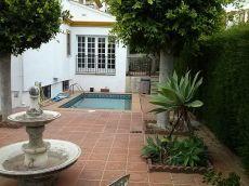 Amplio pareado de esquina, s�tano, jard�n y piscina propia