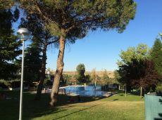 Chalet adosado con piscina y cancha de tenis comunitaria