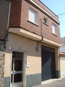 Casa 100 m, 5 hab, 2 ba�os, patio, garaje, amueblada.