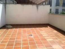 Piso con 20 m2 de terraza frente a una Plaza