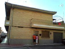 Casa con 5 hab. Amplio sal�n, cochera, 2 ba�os y terraza