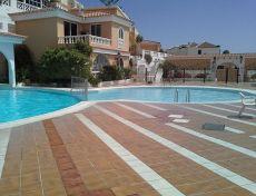 Se alquila estudio con terraza, piscina, gastos incluidos.