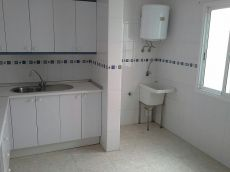 Se alquila piso sin muebles, solana, agua incluida
