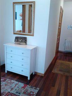 Piso exterior, con mobiliario actual. Zona tranquila.