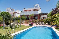 Chalet con amplios jardines y piscina privada