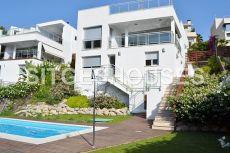 Casa moderna con piscina y vistas mar