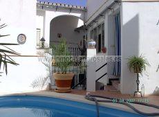 Amplia casa con piscina, grandes dormitorios, 2 ba�os.
