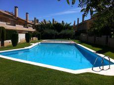Casa adosada con amplios espacios y piscina