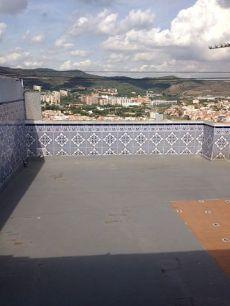 �tico con una gran terraza y vistas a barcelona