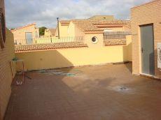 Casa sin amueblar de 4 dormitorios con 2 terrazas y garaje