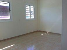 Se alquila piso, 2 hab. , patio, parking. San Isidro