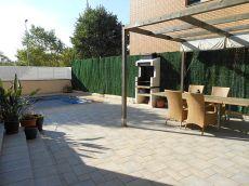 Casa esquinera seminueva con jard�n y garaje en Can Maiol