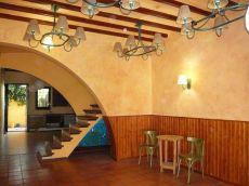 Casa adosada c�ntrica con jard�n apta para uso comercial.