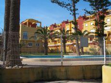 Apartamento con terraza y jardin en primera linea de playa.