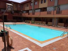 Duplex con piscina en vecindario