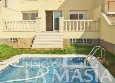 Casa adosada con jard�n y piscina privada