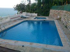 Casa con maravillosas vistas con jard�n y piscina
