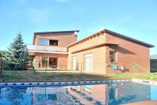 Casa a 4 vientos de 300m2 con piscina en Can Quirze