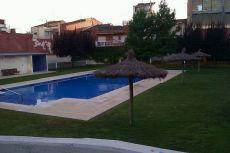 Planta baja con terraza y piscina comunitaria