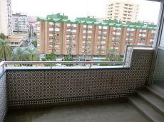 Muy amplio, con terraza, mejor ver