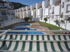 Casa adosada con garaje y piscina comunitaria