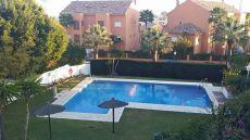 Hermosa y amplia casa adosada en residencial con piscina