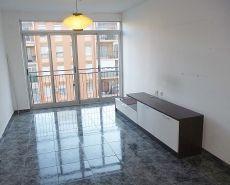 Piso de 4 habitaciones, semi reformado, cocina equipada.