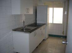 Dos dormitorios sin muebles junto a las tendillas