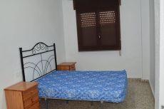 Amplio piso con 4 dormitorios, un ba�o y un aseo.