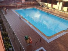 Duplex en vecindario de tres habitaciones,con piscina.