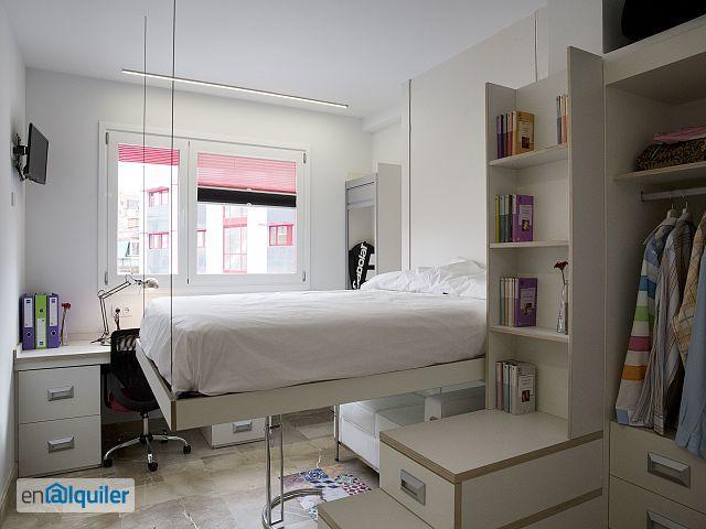 cette chambre lumineuse enti rement quip e avec salle de bain et tv 4954239. Black Bedroom Furniture Sets. Home Design Ideas