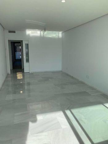 Moderno piso a estrenar sin muebles y junto al centro (Istán, Málaga)